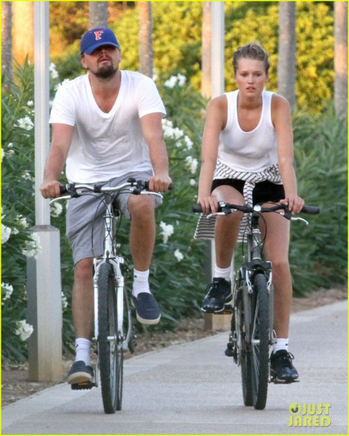 leonardo-dicaprio-toni-garrn-ride-bikes-together-in-spain-03.jpg