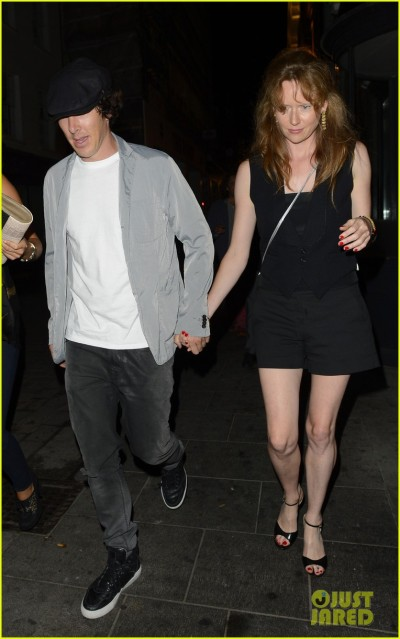 benedict-cumberbatch-mystery-gal-hold-hands-in-london-03.jpg