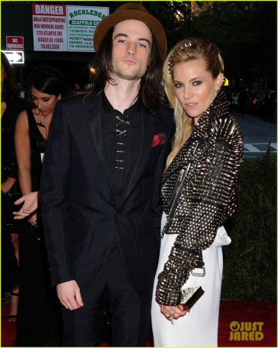 sienna-miller-tom-sturridge-met-ball-2013-red-carpet-02.jpg