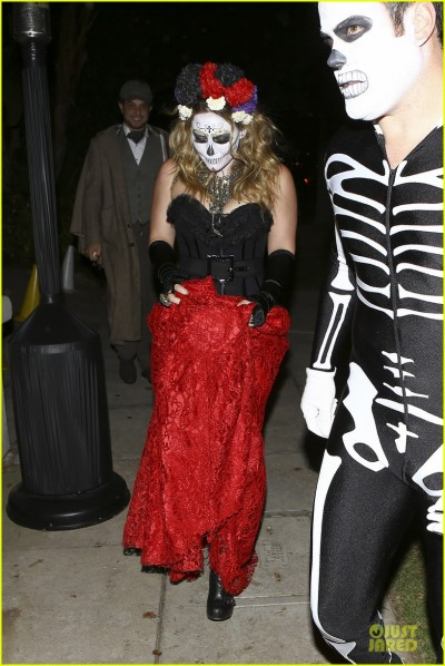 hilary-duff-mike-comrie-day-of-the-dead-halloween-couple-15.jpg