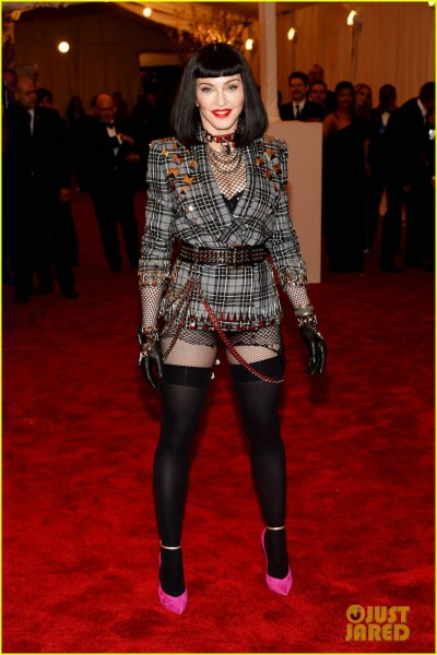 madonna-short-black-bob-hairdo-on-met-ball-2013-red-carpet-01.jpg